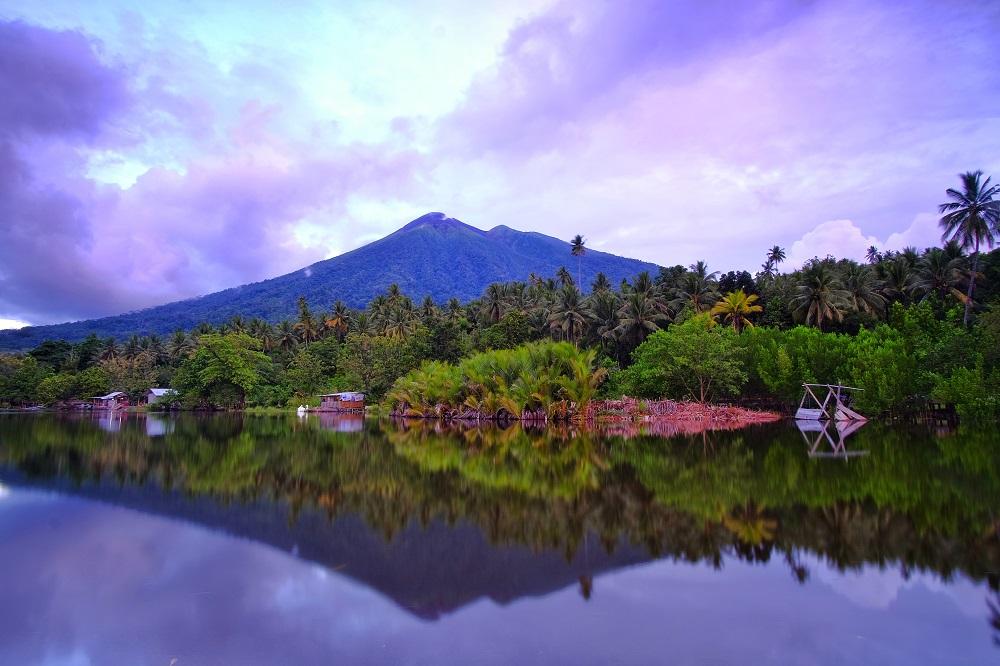 Wisata Maluku Utara Danau Tolire